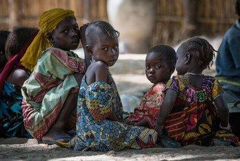 Niños desplazados por la violencia en la cuenca del lago Chad. Foto: UNICEF/UN028762/Tremeau