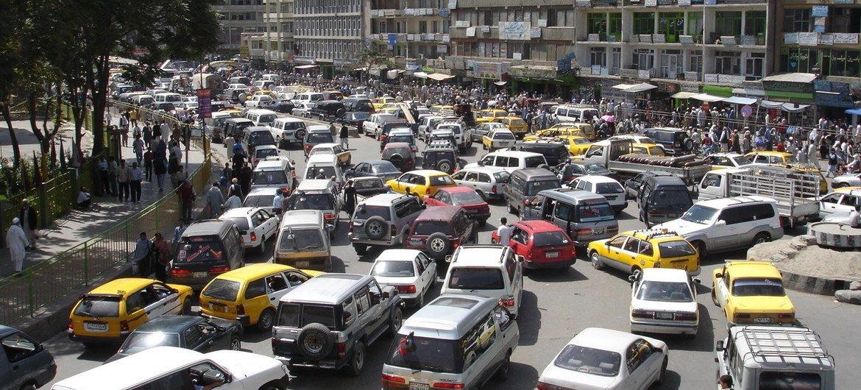 Tráfico en Kabul, Afganistán.