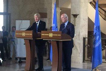 Staffan de Mistura y Jan Egeland se dirigen a la prensa en Ginebra. Foto: ONU Ginebra