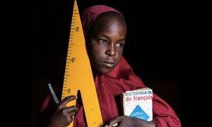 Une jeune fille qui étudie pour un jour devenir enseignante. Photo Vincent Tremeau