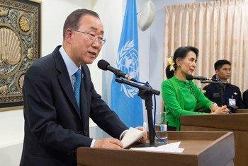 潘基文秘书长与缅甸国务资政、外交部长昂山素季举行联合记者会。联合国图片/Eskinder Debebe