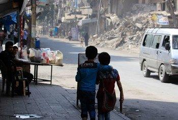 Dos niños caminan por una calle destruida en Alepo. Foto: UNICEF/Rami Zayat