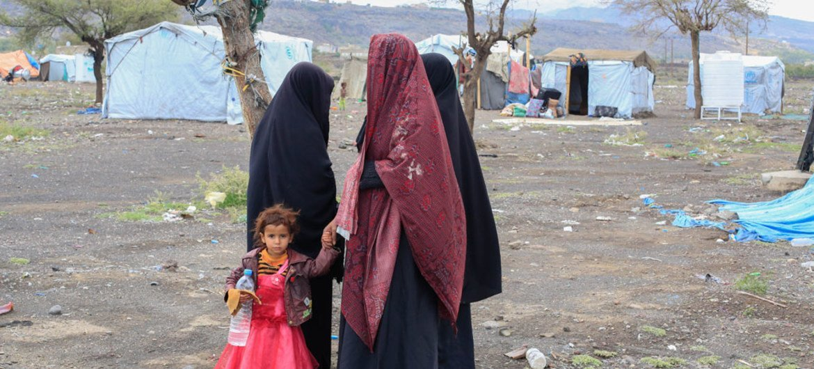 A group of internally displaced women stand in the Tharawan IDP camp on the outskirts of Sana'a, Yemen. (file)