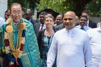 Le Secrétaire général Ban Ki-moon (à gauche) avec Reginal Cooray, le gouverneur de la Province du Nord, au Sri Lanka. Photo ONU/Eskinder Debebe