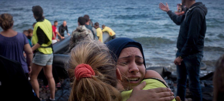 志愿者在莱斯沃斯岛引导难民上岸。儿基会/Ashley Gilbertson