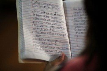 Una joven lee los apuntes de su cuaderno durante una clase de alfabetización en la capital de Filipinas, Manila. Foto: UNESCO/Joshua Estey