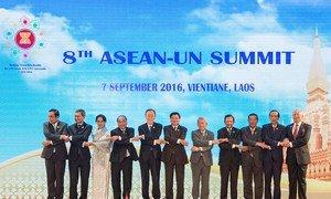 Le Secrétaire général Ban Ki-moon (5e à partir de la gauche) lors d'une photo de groupe au 8e Sommet entre l'ONU et l'ASEAN au Laos. Photo ONU/Eskinder Debebe