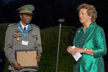 La capitaine Aichatou Ousmane Issaka (à gauche) reçoit à Londres le Prix de l'ONU pour le défenseur militaire du genre de l'année. Photo Ministère britannique de la défense