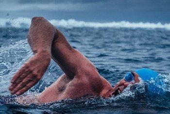 Lewis Pugh nageant dans la mer de Ross en 2015. Le nageur se prépare à nager toute la longueur de la Manche, qui sépare le Royaume-Uni de la France