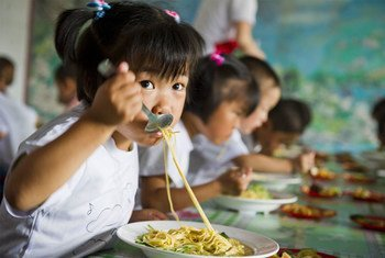 Elementary school children in the Democratic People's Republic of Korea eat a nutritious meal provided by WFP (June 2012).