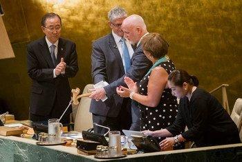 Le Président sortant de l'Assemblée générale, Mogens Lykketoft (2e à gauche) remet le marteau au nouveau Président Peter Thomson, sous le regard du Secrétaire général Ban Ki-moon. Photo ONU/Manuel Elias