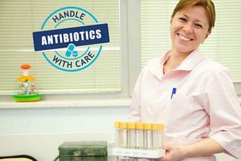"""A principal mensagem da Semana Mundial de Consciencialização sobre Antibióticos é """"lidar com antibióticos com cuidado""""."""