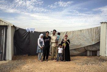 Esta familia de refugiados sirios es una de las que se beneficiará del proyecto energético en el campamento de Azraq, en Jordania. Foto: ACNUR/Tanya Habjouqa