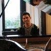 عازف البيانو الفلسطيني أيهم أحمد. الصورة: صفحة أيهم أحمد على الفيسبوك