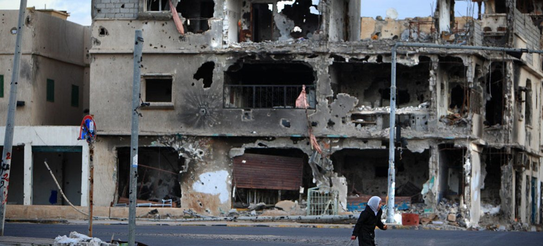 طفلة تعبر شارع في إحدى المدن في ليبيا