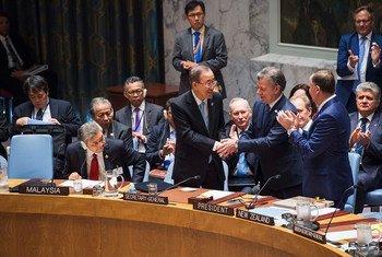El presidente de Colombia entregó una copia del Acuerdo de Paz al Consejo de Seguridad en una sesión especial de ese órgano resolutivo. Foto: ONU/Amanda Voisard