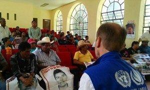 El representante en México del Comisionado de la ONU para los Derechos Humanos, Jan Jarab, durante una visita en septiembre de 2016 a Ayotzinapa, donde se reunió con los familiares de los 43 estudiantes desaparecidos en Iguala.