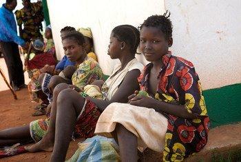 Des femmes et des enfants devant un centre de santé à Kaga Bandoro, dans le nord de la République centrafricaine. Photo UNICEF/Ronald de Hommel