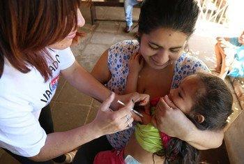 Una niña recibe la vacuna contra el sarampión. Foto: OMS/OPS