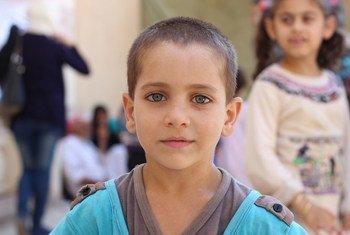 Dans la partie ouest de la ville syrienne d'Alep, un enfant déplacé du quartier Hamadaniyah hébergé au centre Al-Shafii, une mosquée convertie en centre d'accueil.