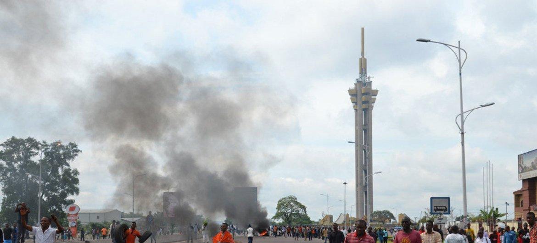 Des manifestants sur l'échangeur routier de Limete, à Kinshasa, la capitale de la République Démocratique du Congo (RDC).