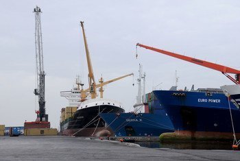 Buques mercantes operan en el puerto de Rades, en Túnez. Foto: Banco Mundial/Dana Smillie
