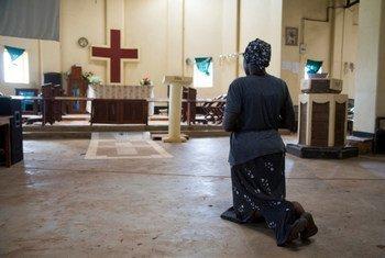 南苏丹一位妇女在耶伊城中的一个教堂进行祷告。难民署图片/Rocco Nuri