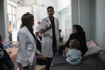 En septembre 2016, la Représentante de l'UNICEF en Syrie, Hanaa Singer (à gauche), visite l'hôpital universitaire d'Alep. Photo UNICEF/Khuder Al-Issa