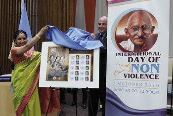 Develación de un sello conmemorativo del Día de la No Violencia. Foto: ONU/Evan Schneider