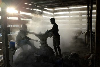 Niños trabajando en una instalación informal de procesamiento de oro en Ghana. El trabajo infantil es algo común, debido a la pobreza.