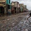 """飓风""""马修""""登陆海地后,首都太子港一名妇女正在街道上奔跑。图片:联海稳定团/Logan Abassi"""
