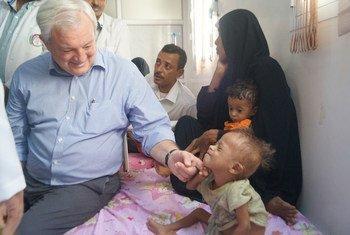 Stephen O´Brien, coordinador de Asuntos Humanitarios, visitó un hospital en Yemen. Foto: OCHA Yemen