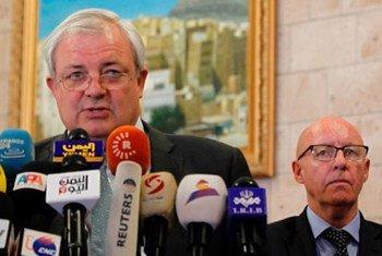 Le Secrétaire général adjoint des Nations Unies aux affaires humanitaires et Coordonnateur des secours d'urgence, Stephen O'Brien, briefe la presse à Sanaa, la capitale du Yémen. Jamie McGoldrick, Le Coordonnateur humanitaire pour le Yémen est à sa droite.