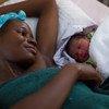 Mama na mwanae mchanga wakipata huduma baada ya kujifungua kwenye wodi ya wazazi iliyoko kliniki ya Shakawe nchini Botswana.