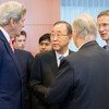 Ban Ki-moon (centro) habló sobre Siria con el secretario de Estado estadounidense, John Kerry. Foto: ONU/Rick Bajornas