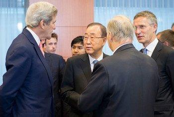 Le Secrétaire d'Etat américain John Kerry (à gauche), le Secrétaire général Ban Ki-moon et le Secrétaire général de l'OTAN, Jens Stoltenberg (à droite), lors d'une conférence sur l'Afghanistan à Bruxelles le 5 octobre 2016. Photo ONU/Rick Bajornas
