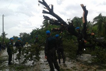 Trabajos de limpieza en un carretera de Haití tras el huracán Matthew. Foto: MINUSTAH