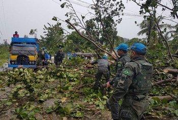 """联海稳定团人员在""""马修""""飓风后在帮助疏通道路。图片提供:联海稳定团"""
