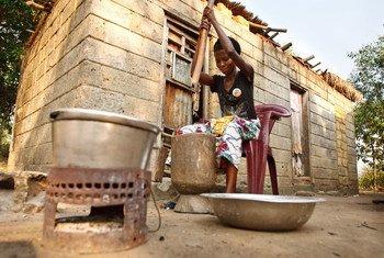 Une femme écrase du manioc pour produire de la farine, dans la province du Bas-Congo, en République démocratique du Congo (RDC). Photo UNICEF/Olivier Asselin