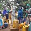 نساء يجلبن الماء في  أوروميا إثيوبيا. المصدر: مكتب تنسيق الشؤون الإنسانية إثيوبيا / Zelalem Letyibelu