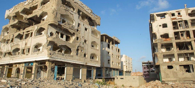 مباني مدمرة في عدن، باليمن.