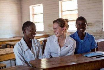 Balozi mwema wa UN Emma Watson alipotembelea shule ya sekondari ya Mtakataka katika wilaya ya Dedza kuwasikiliza Stella Kalilombe na Cecilia Banda ambao ndoa zao zilibatilishwa wakarejea shuleni kupata elimu.