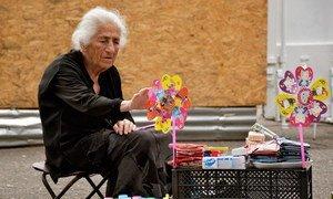 En Géorgie, une femme âgée vend des fruits secs sur un trottoir. Photo PNUD Géorgie/Vladimer Vaishvili