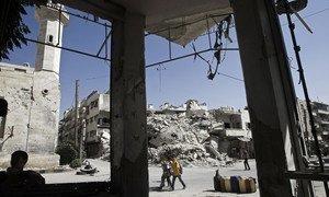 Menino passa por prédios destruídos na cidade de Maarat al-Numaan, em Idlib
