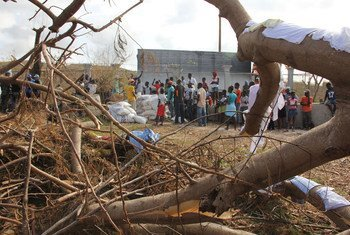 In the wake of Hurrican Matthew, Haitians are lining up near a food distribution center. WFP/Alexis Masciarelli