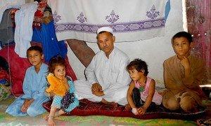 عائلة في مخيم للاجئين الأفغان في بيشاور، باكستان. المصدر: إيرين / عامر سعيد