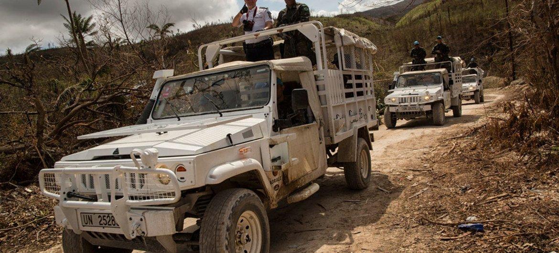 Des Casques bleus brésiliens et un officier de police de la Mission des Nations Unies en Haïti (MINUSTAH) patrouillent dans la ville de Jeremie, qui a été endommagée par l'ouragan Matthew. Photo ONU/MINUSTAH/Logan Abassi