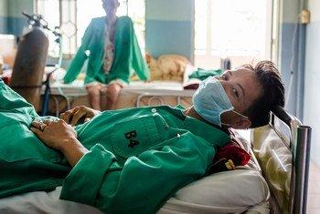 À Ho Chi Minh-Ville, au Vietnam, un homme est traité pour la tuberculose multirésistante dans un hôpital.