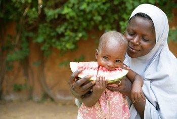 Mama akimlisha mwanae tikiti maji huko Niamey, mji mkuu wa Niger ambako wanawake wanakumbwa na madhila ikiwemo mila potofu.