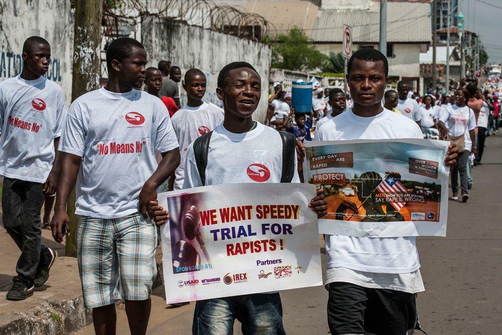 Wanaume nchini Liberia wakiandamana na mabango ya kupinga ubakaji